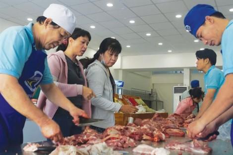 Giá thịt heo bán lẻ xấp xỉ 1/2 giá thị trường, dân đi mua từ 2 giờ sáng