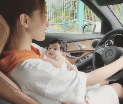 Hải Băng xin lỗi về bức ảnh vừa ẵm con, vừa lái xe