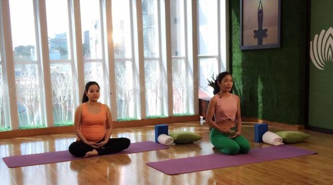 MC Hong Phuong giam 18 kg sau sinh nho yoga