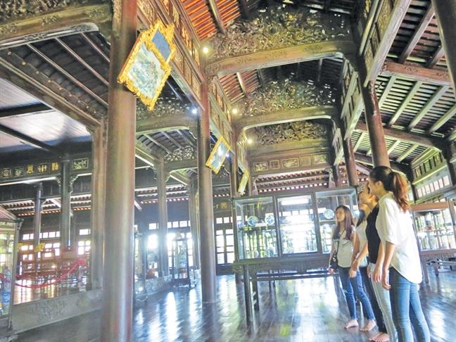 Gian nan bao ton tranh guong cung dinh Hue