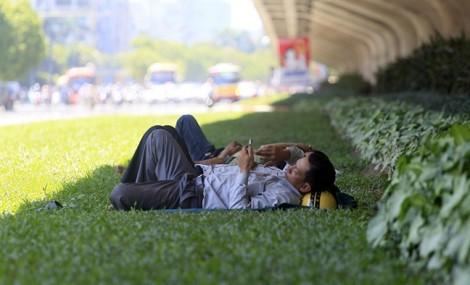 Nắng nóng hơn 40 độ, bệnh viện ở Hà Nội đông nghẹt người