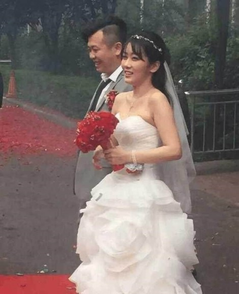 Chú rể Trung Quốc bị lột quần áo và trói vào cây để chứng tỏ lòng thủy chung