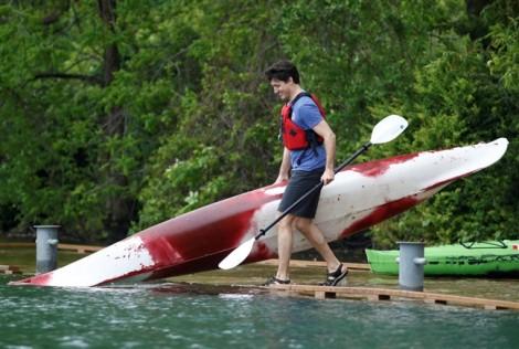 Thủ tướng điển trai Canada chèo thuyền cùng người dân trên sông Niagara
