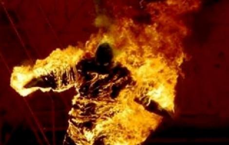 Người đàn ông cháy như đuốc rơi từ tầng 5 xuống đất