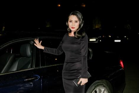 Vắng chồng, Ngọc Lan một mình lái 'xế hộp' sang trọng đi xem show thời trang