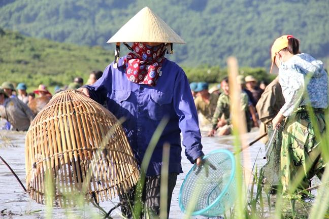 Hang ngan nguoi doi nang di bat ca cau may trong le hoi Dong Hoa