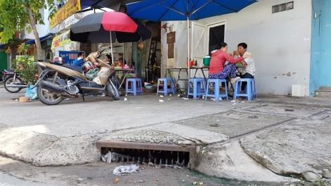 Muôn kiểu bịt miệng hố ga ngăn mùi hôi ở Sài Gòn