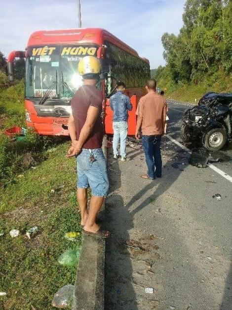 Xe bán tải đấu đầu ôtô khách, nhiều người bị thương