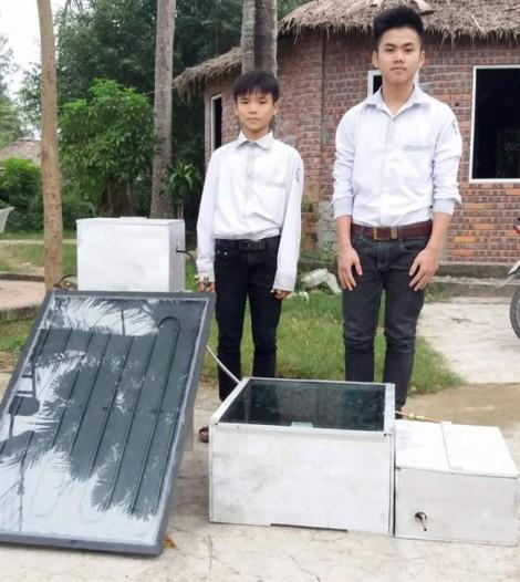 Cặp đôi nam sinh cấp 2 chế máy chưng cất nước bằng năng lượng mặt trời