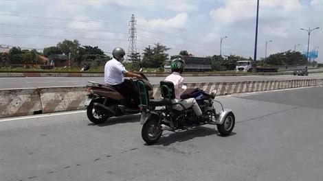 Người đàn ông chạy xe máy bằng... chân trên phố Sài Gòn