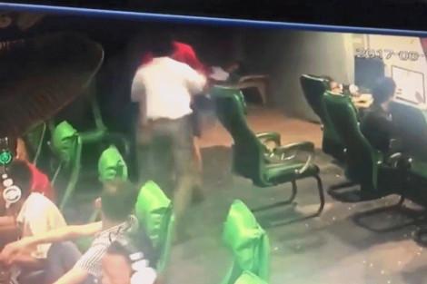 Bị đánh vì mê chơi game, nam thanh niên tung 'song phi' vào cha mình