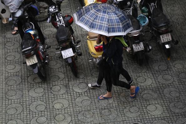 Thi sinh thi THPT loay hoay trong con mua cuc lon o Sai Gon