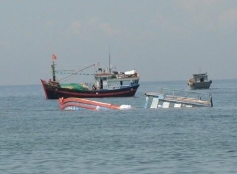 Cứu 13 thuyền viên tàu cá Tiền Giang bị chìm trên vùng biển Côn Đảo