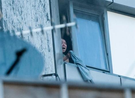 Cháy cao ốc London: Giây phút vỡ òa khi con tìm thấy cha mù bị mắc kẹt