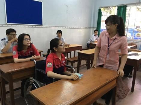 Nữ sinh làm bài thi trên xe lăn