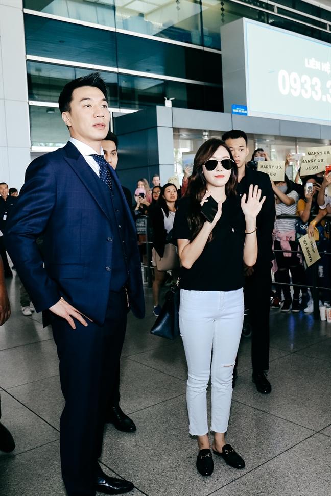 Du bi vay kin tai san bay, Jessica van rang ro vay tay chao khan gia Viet Nam