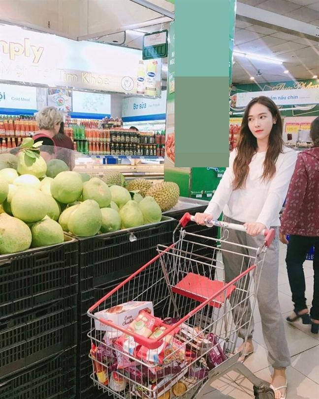 Jessica 'vien' mua khong hop bao trong khi Shontelle doi mua di dien tap