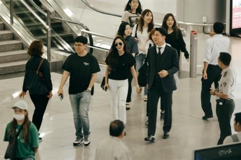 Dù bị vây kín tại sân bay, Jessica vẫn rạng rỡ vẫy tay chào khán giả Việt Nam
