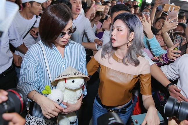 Xa Thi Man chat vat roi san bay giua vong vay nguoi ham mo