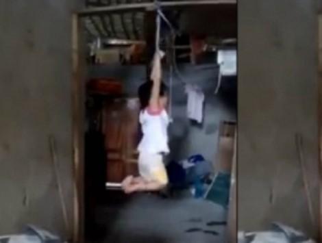 Đừng xem việc bé gái 5 tuổi bị treo lên xà nhà là chuyện gia đình