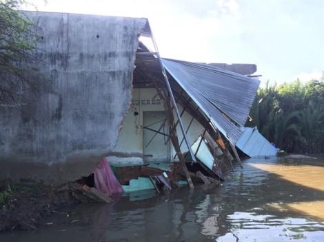 Người dân tháo chạy trong đêm khi 'hà bá' nuốt chửng 5 căn nhà