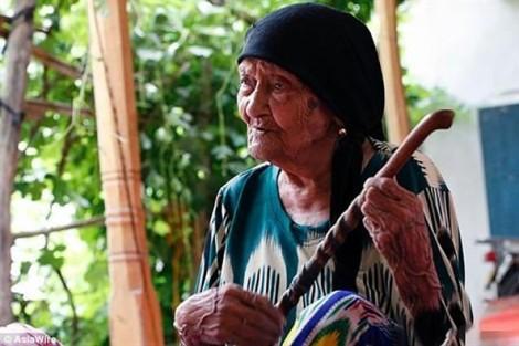 Cụ bà trên trăm tuổi vẫn vui vẻ đàn hát mỗi ngày