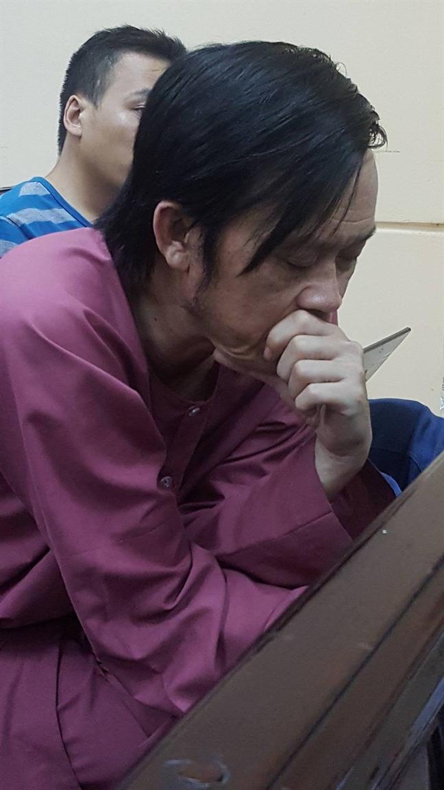Dien vien Ngoc Trinh suyt ngat xiu tai phien toa chieu 30/6