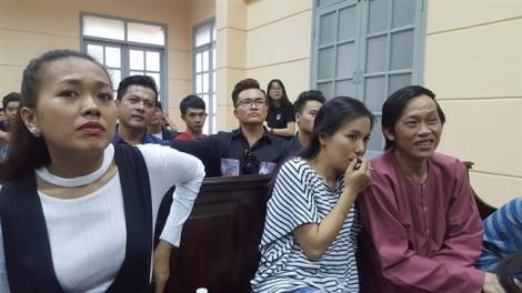 Diễn viên Ngọc Trinh suýt ngất xỉu tại phiên tòa chiều 30/6
