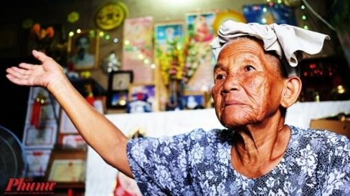 Bà lão gần 80 tuổi 'chở con chữ' cho cháu nhờ gánh ve chai cao quá đầu