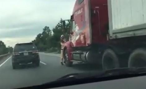 Khởi tố vụ án tài xế xe đầu kéo hất văng CSGT xuống đường