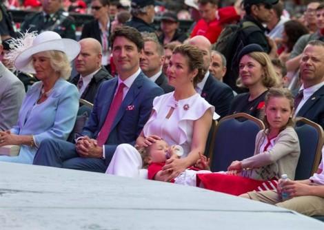 Con trai 3 tuổi của Thủ tướng Canada 'soán ngôi' bố vì quá đáng yêu