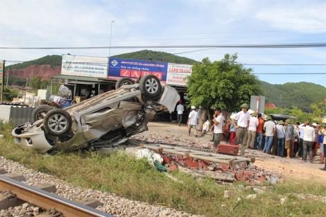 Ôtô bị tàu hỏa đâm lật nhiều vòng, 4 người thương vong