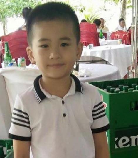 Bé trai 6 tuổi mất tích bí ẩn ngay trước cổng nhà