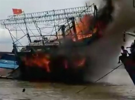 Tàu cá chứa hàng trăm lít dầu bốc cháy ngùn ngụt trên bến cảng