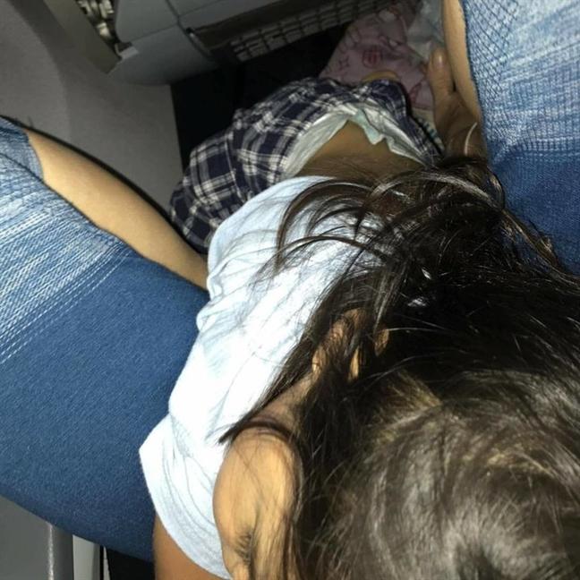 United Airlines ban nham ve, nguoi me met moi om con suot chuyen bay