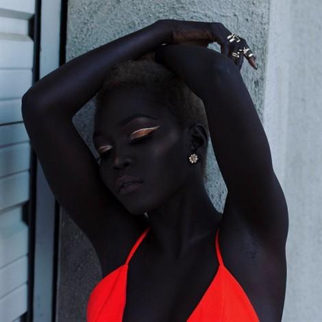 'Nữ hoàng bóng đêm' nổi tiếng nhờ làn da... quá đen