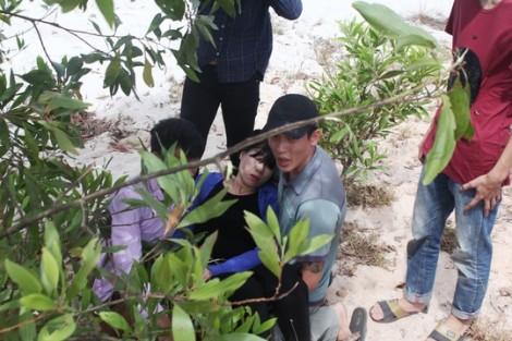 Người mẹ ngất xỉu tại nơi phát hiện thi thể bé trai bị bắt cóc ở Quảng Bình
