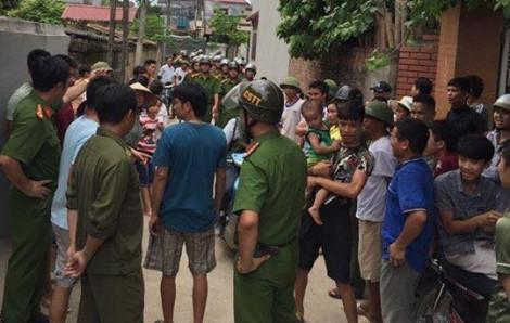 Người dân vây đánh 2 thanh niên nghi bắt cóc trẻ em