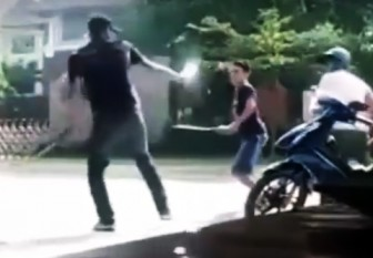 Ba thanh niên cầm dao đâm chém loạn xạ trước trường đại học vì một cô gái