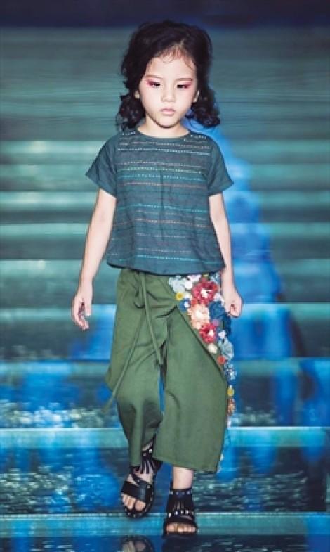 Trang phục họa tiết thêu tay, đính kết tinh tế dành cho bé dạo chơi mùa hè
