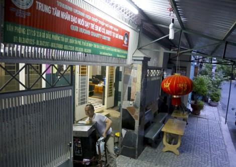 Người cha khiếm thị đi hát rong kiếm tiền nuôi con ở Sài Gòn