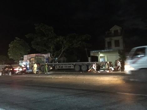Xe máy chở 3 lao như tên bắn vào ôtô đầu kéo, 2 người tử vong