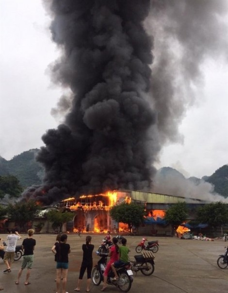 Cháy lớn thiêu rụi khu chợ ở cửa khẩu Tân Thanh