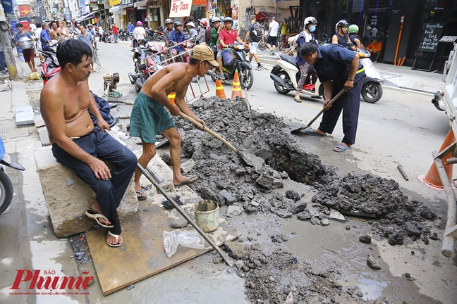 Cong nhan gap rut thi cong pho di bo Bui Vien truoc ngay khai truong