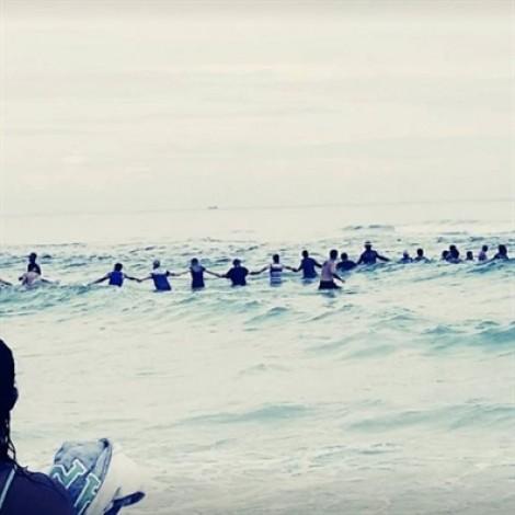 Mỹ: Người tắm biển làm thành 'sợi dây người' cứu sống một gia đình