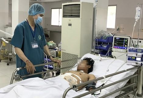 12 giờ khuya, hơn 10 bác sĩ hợp lực cứu chàng trai bị xé rách gan, dập lách