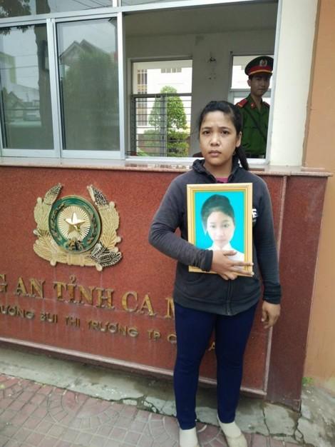 Bé gái bị xâm hại và tự tử ở Cà Mau: Mẹ ôm di ảnh con đứng ròng rã trước cổng Công an tỉnh