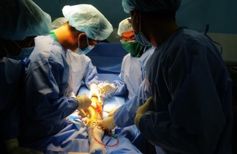 Bệnh viện quận mổ thay khớp gối cho bệnh nhân đột biến gen