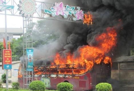 Xe khách bất ngờ bốc cháy dữ dội khi dừng ăn trưa