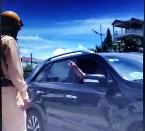 Vi phạm giao thông, người đàn ông đòi cách chức cả... giám đốc công an